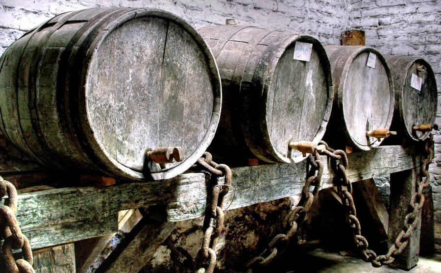 Barricas de roble típicas del whisky escocés